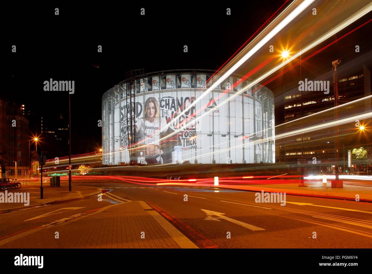 BFI London IMAX-Kino bei Waterloo, fotografiert in der Nacht, Langzeitbelichtung, die gehören leichte Wanderwege durch Durchgangsverkehr. Stockbild