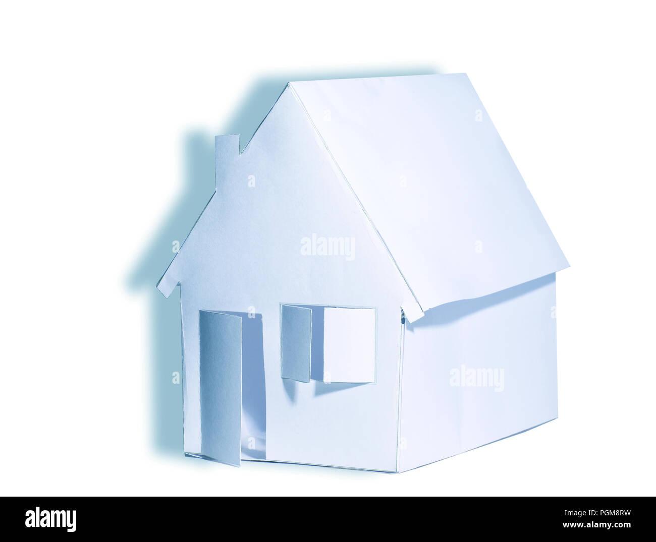 Papierhaus auf weißem Hintergrund Stockbild