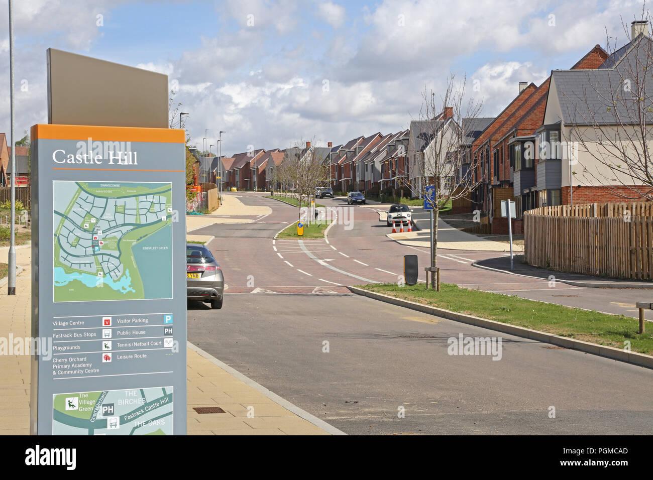 Neu gebaute Häuser in der Castle Hill Viertel von ebbsfleet Garden City, südöstlich von London, UK. Zeigt lokale Karte mit neuen Häusern darüber hinaus. Stockbild