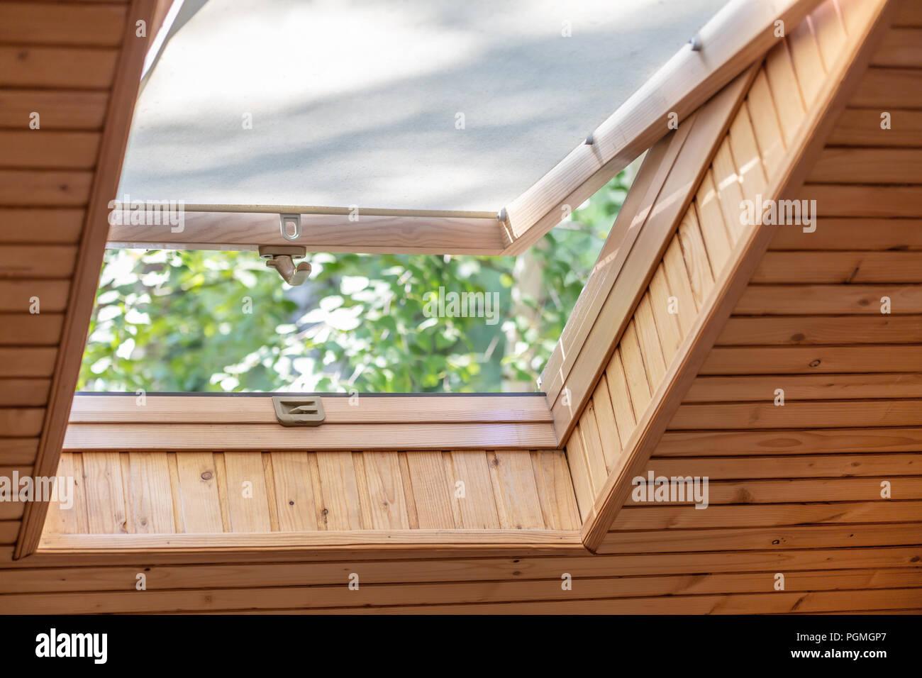 Geoffnet Dach Fenster Mit Jalousien Oder Gardinen In Holz Haus Im