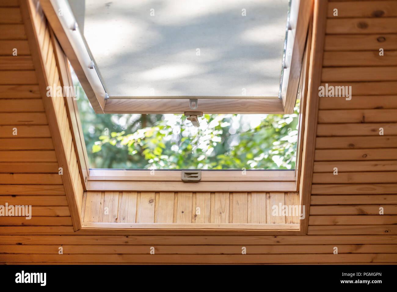 Geöffnet Dach Fenster Mit Jalousien Oder Gardinen In Holz