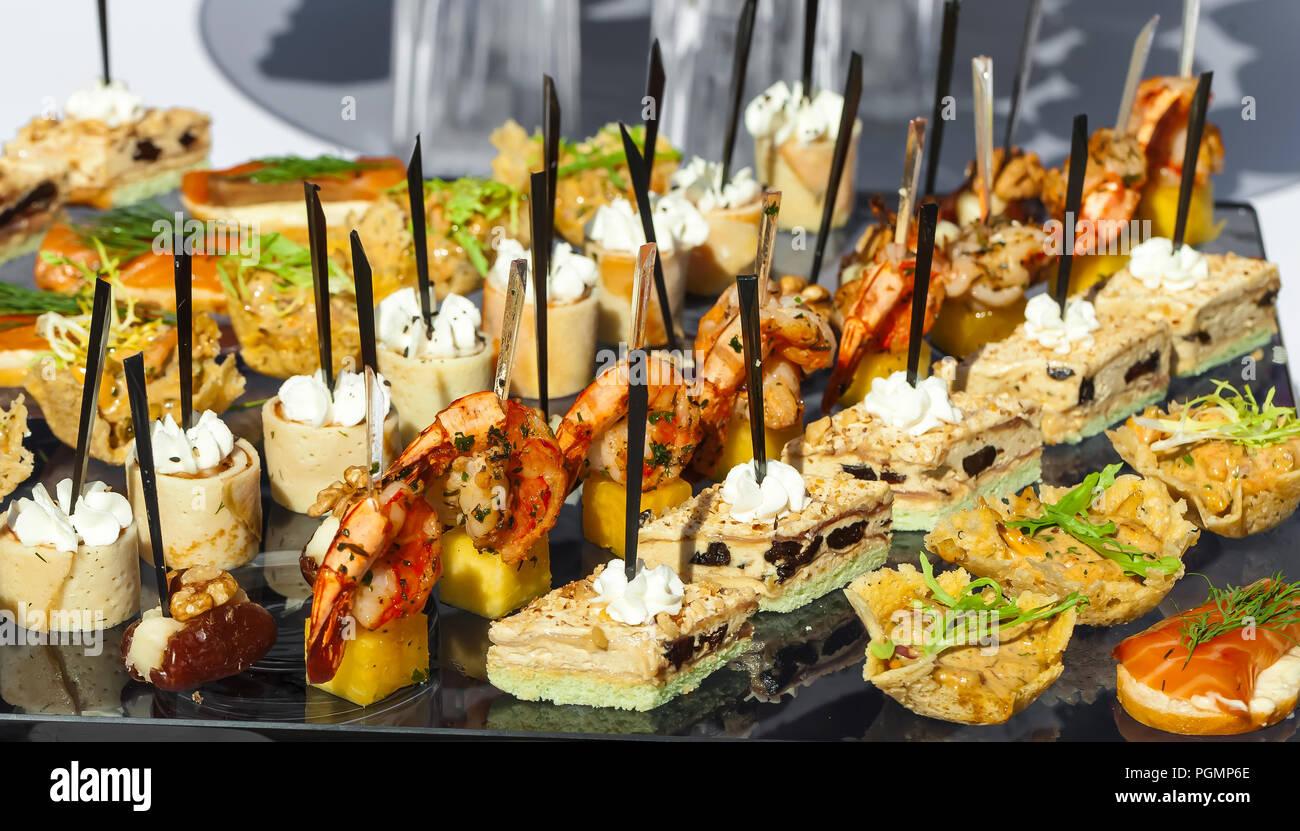Catering Service. Sandwiches, Fleisch, Fisch, Gemüse Häppchen auf eine festliche Hochzeit Tisch outdoor Stockbild