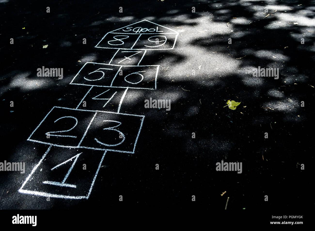 Hopse mit Kreide gezeichnet auf dem schwarzen Asphalt Stockbild