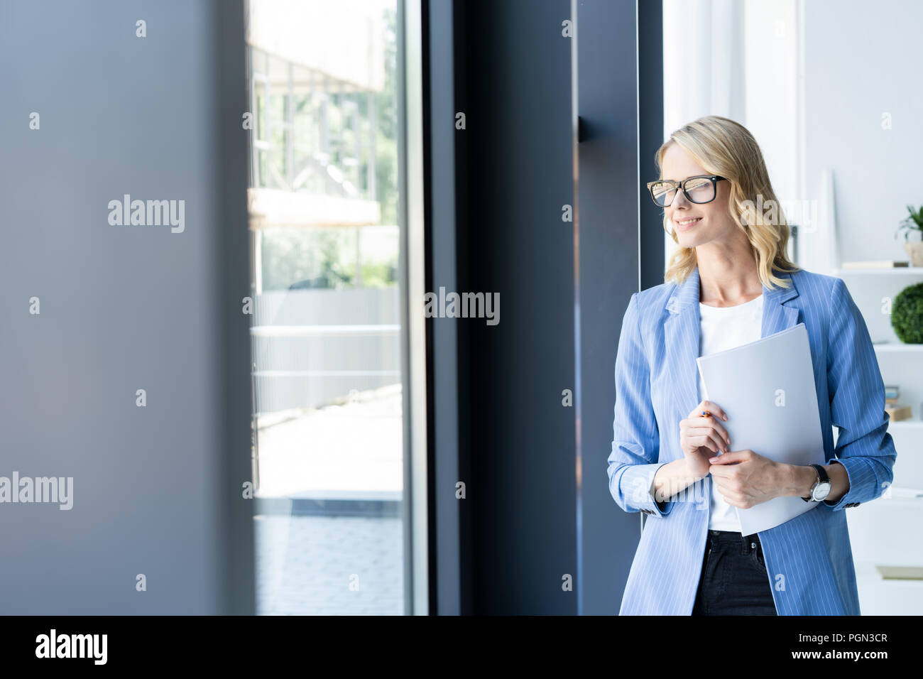 Moderne Business-Frau im Büro mit Textfreiraum. Stockbild