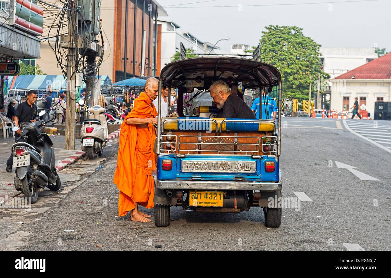 Buddhistischer Mönch, Almosen und geben ein Segen, Bangkok, Thailand, Südostasien Stockbild