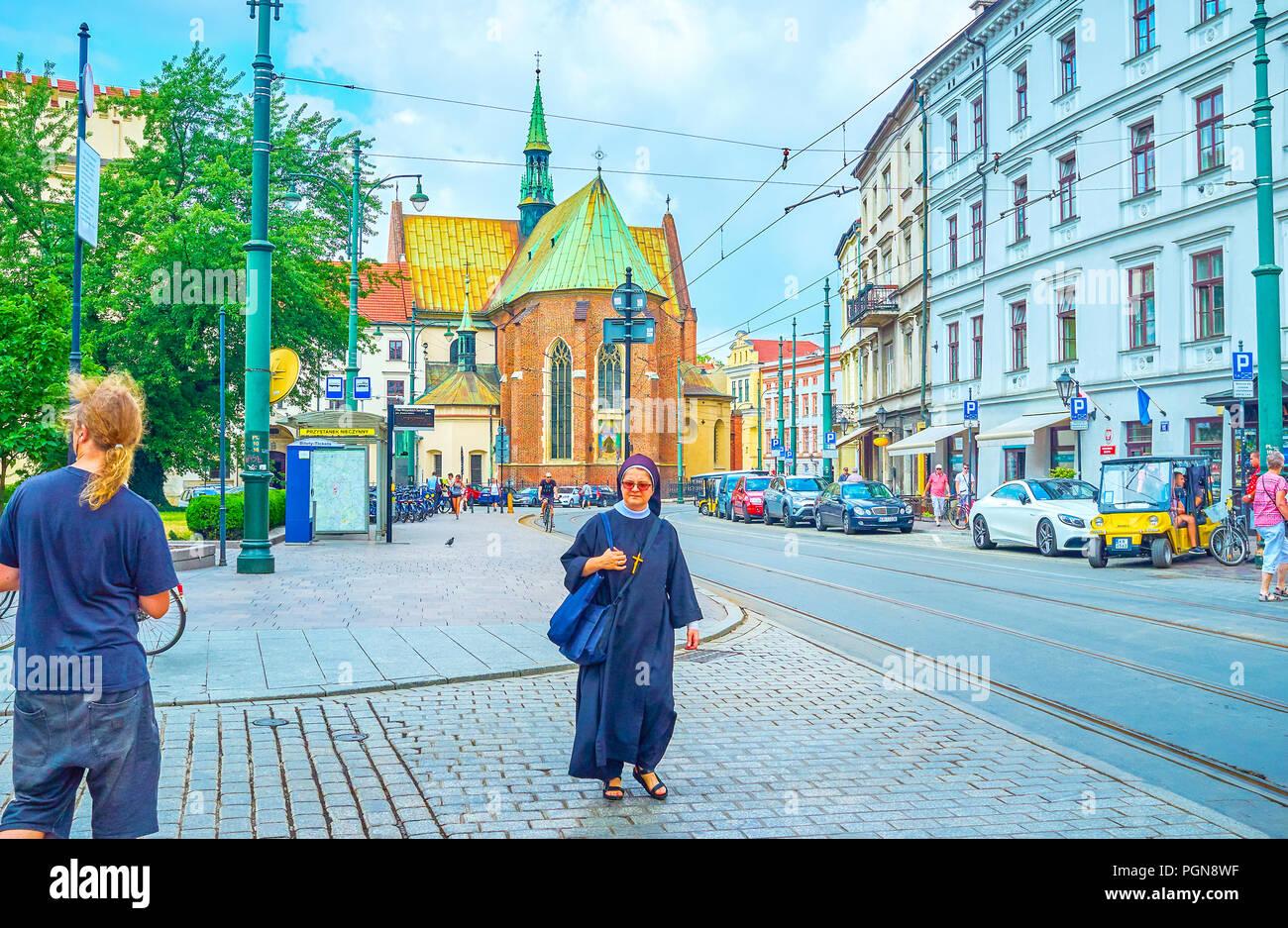 Krakau, Polen - 11. Juni 2018: Die Nonne geht hinunter die Straße der alten Krakau von Franziskaner Kloster, am 11. Juni in Krakau. Stockbild