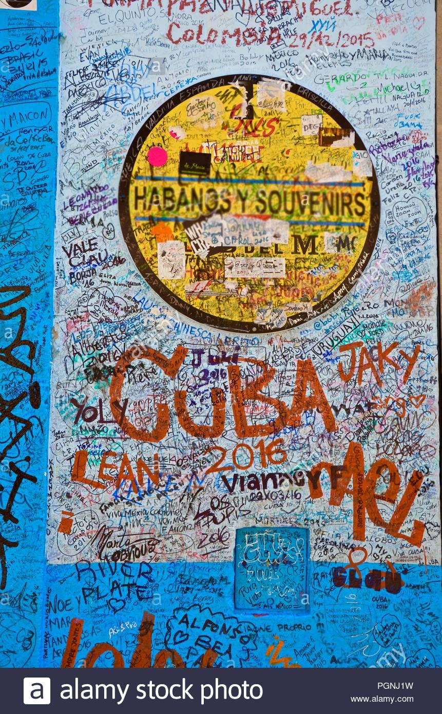 Handschriftliche Nachrichten auf einem türkis Wand in Havanna, Kuba, Touristen, Menschen, Türkis, Häuser aus der Kolonialzeit, Lifestyle, Erinnerungen, Hintergrund, Souvenirs Stockbild