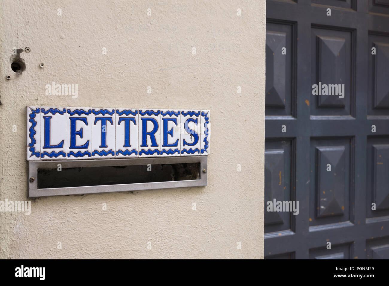 """Französische Briefkasten mit einem Schild """"Lettres"""" in Paris, Frankreich. Stockbild"""