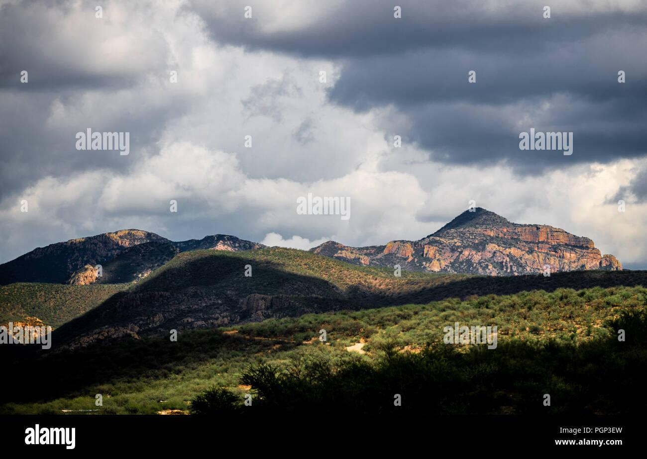 Paisaje rural de Los Cerros y Colinas en los alrededores de Arizpe. ländliche Landschaft mit den Hügeln und Bergen rund um arizpe. (Foto: Luis Gutierrez/Nort Stockbild