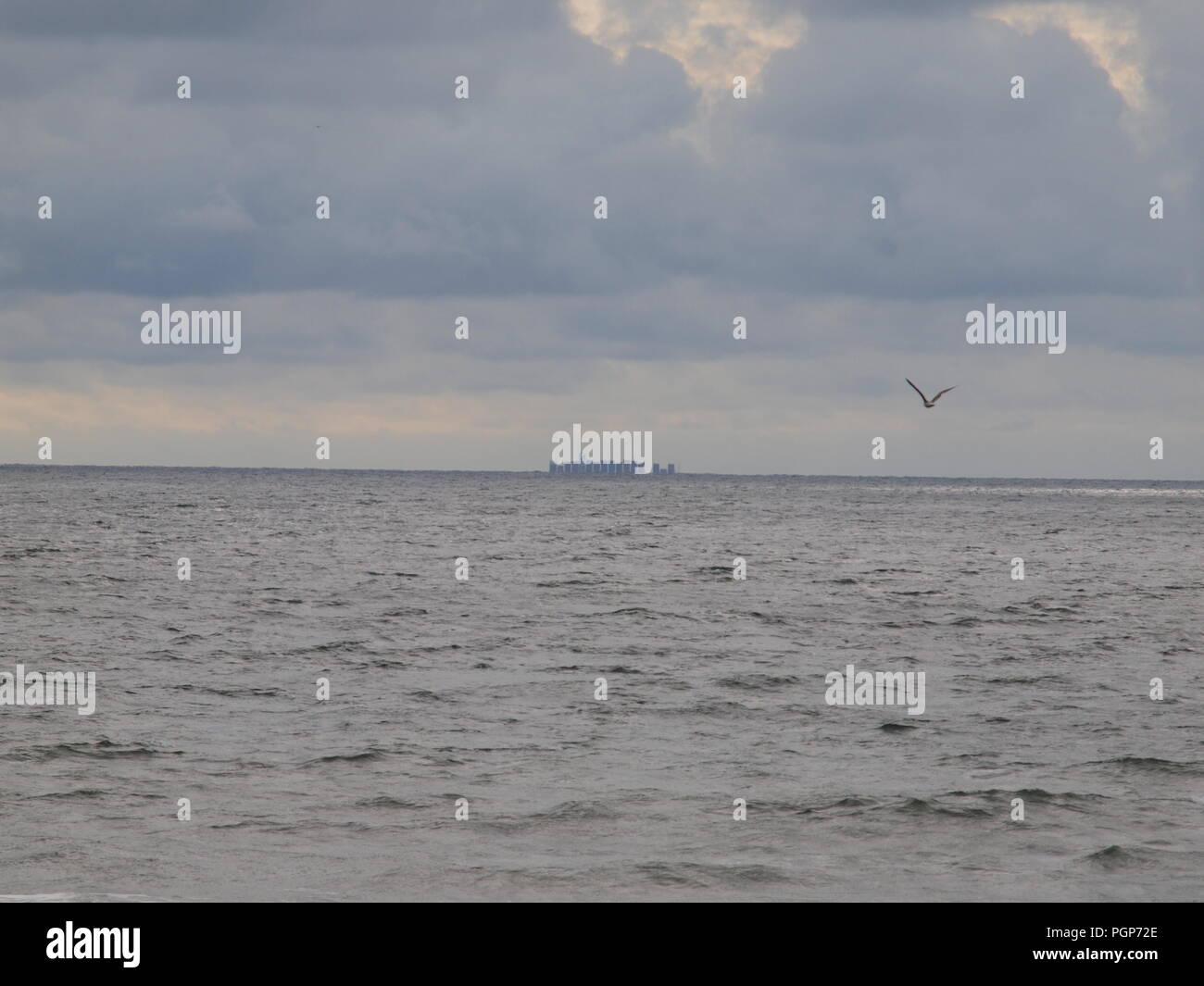 Riesige Containerschiff vanishing über den Horizont in Richtung Punkte unbekannt mit es Cargo. Aus dem NJ Küste in der Nähe von Toms River befindet, NJ. Stockbild