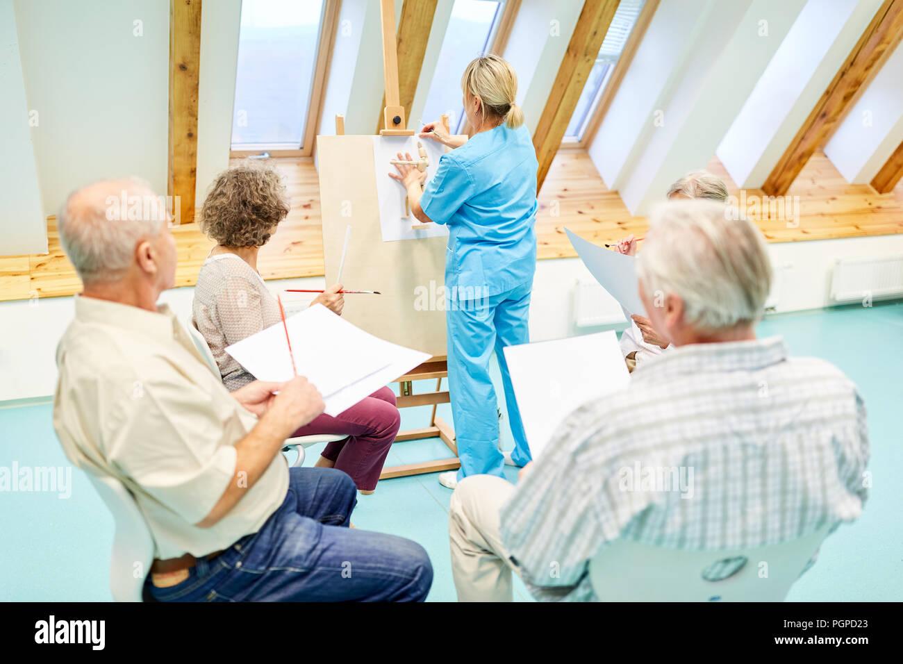 Betreuer Und Dementen Senioren In Kreativen Zeichnen Kurs In Der