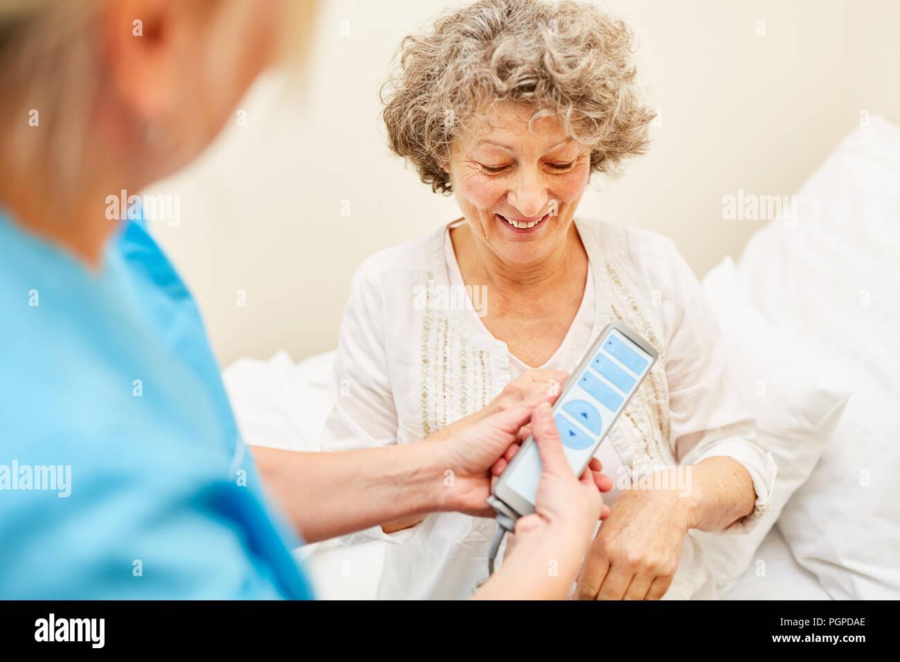 Senioren Im Pflegeheim In Der Krankenpflege Bett Erhält