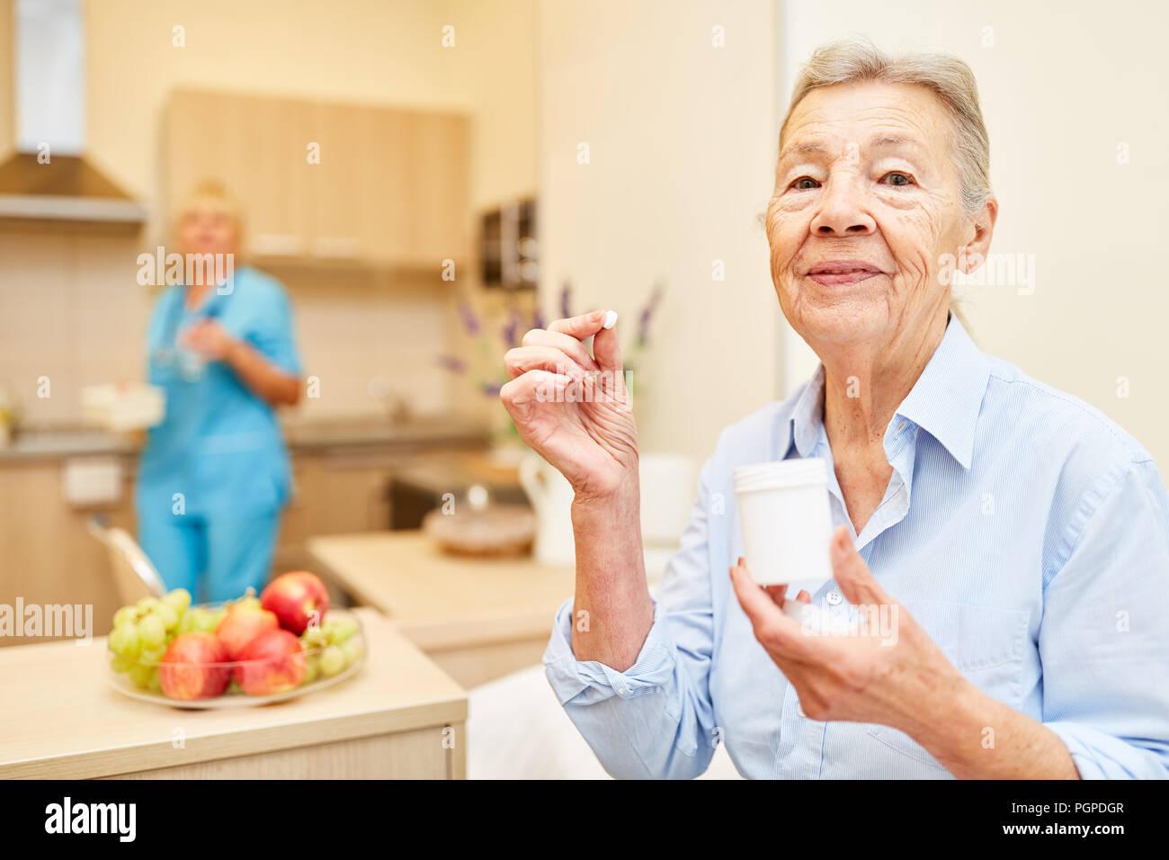 ältere Frau Nimmt Medikamente Bei Betreuten Senioren Home Mit