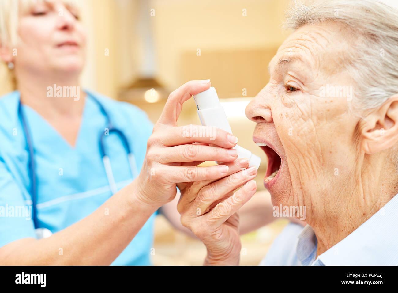 Betreuer Hilft Senioren Mit Asthma Oder Bronchitis Mit Einem