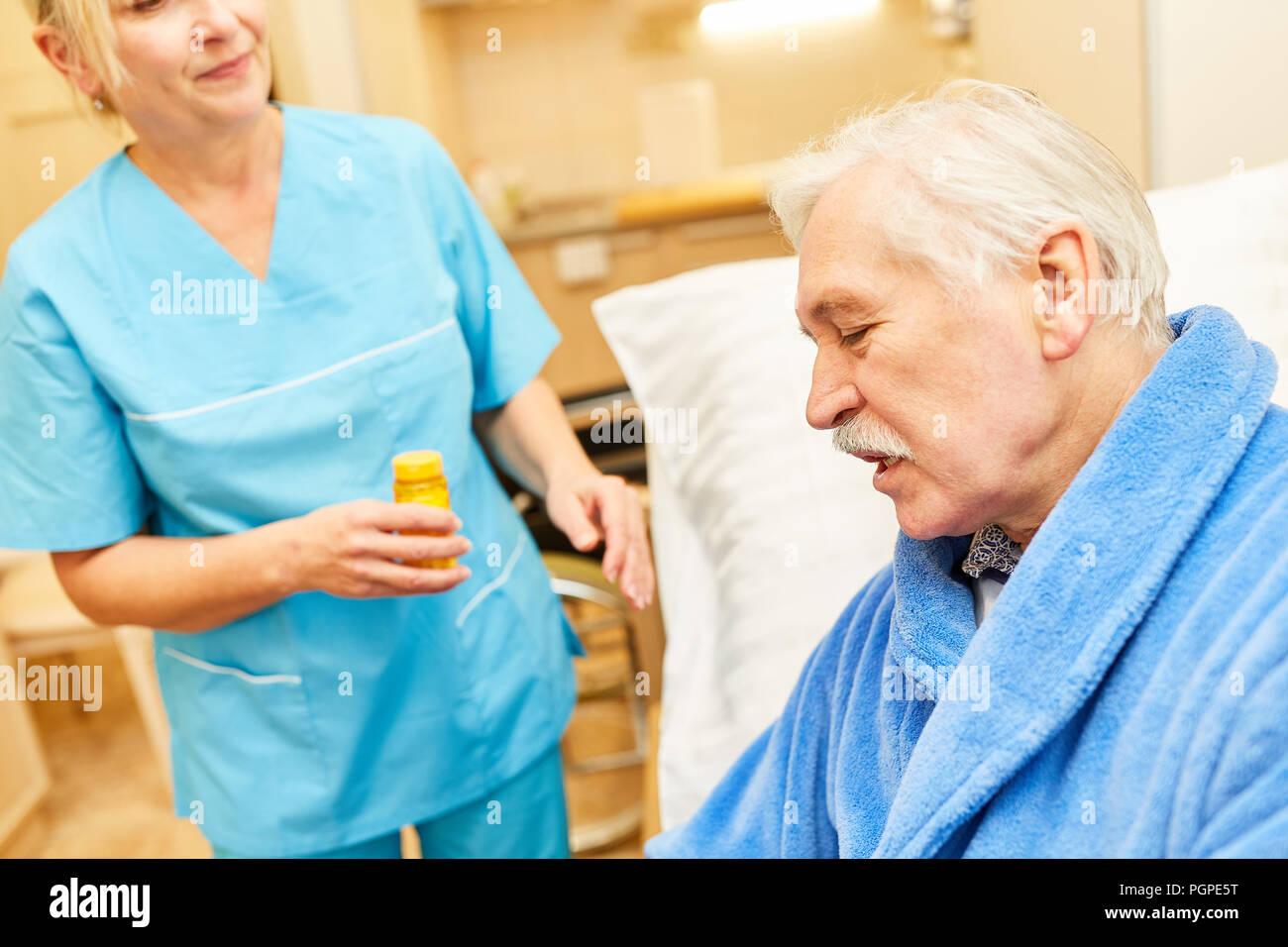 Betreuer Oder Pfleger Kümmert Sich Für Senioren Im Pflegeheim