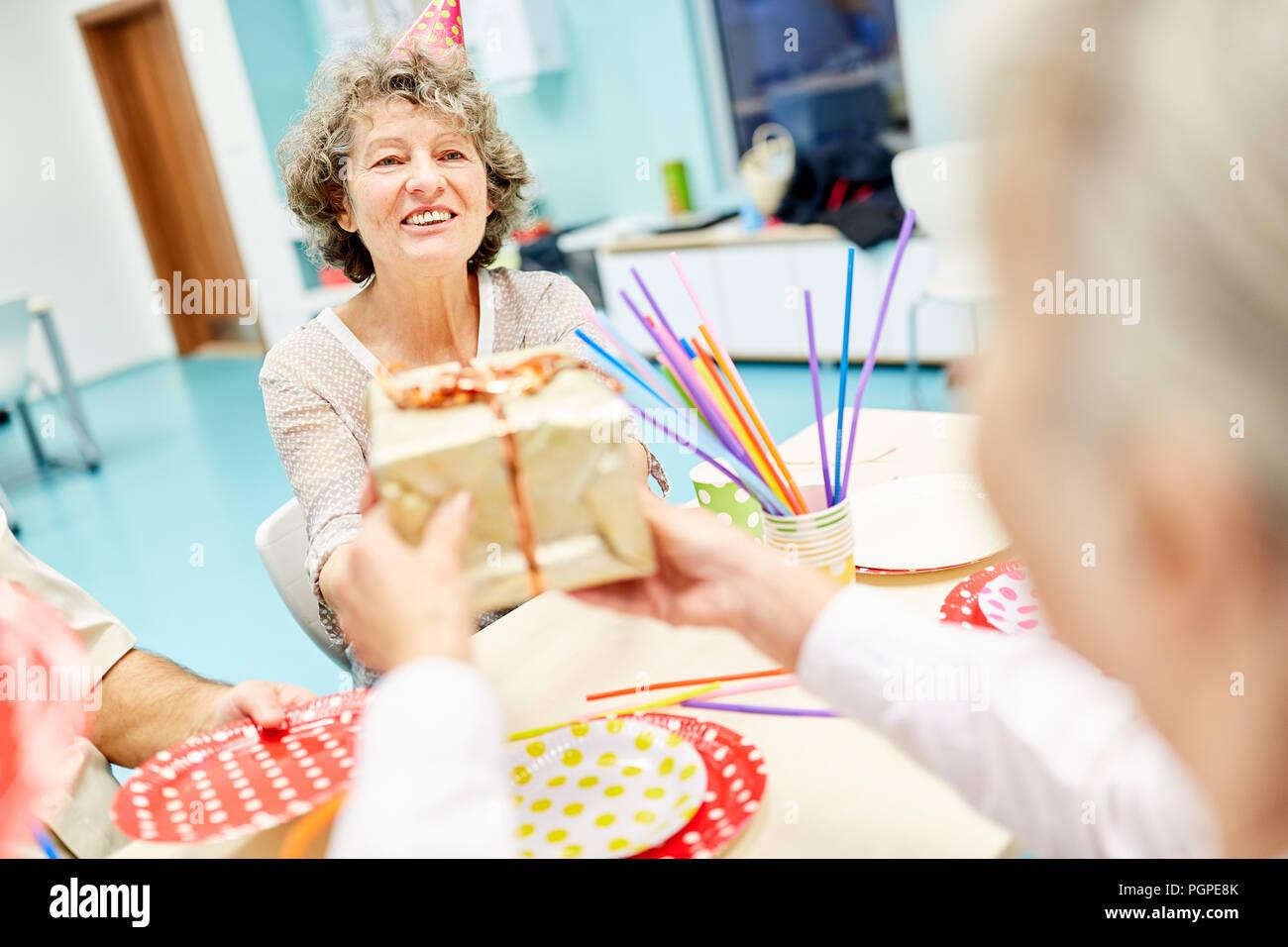 ältere Frau Erhält Ein Geschenk Zu Ihrem Geburtstag Party Im