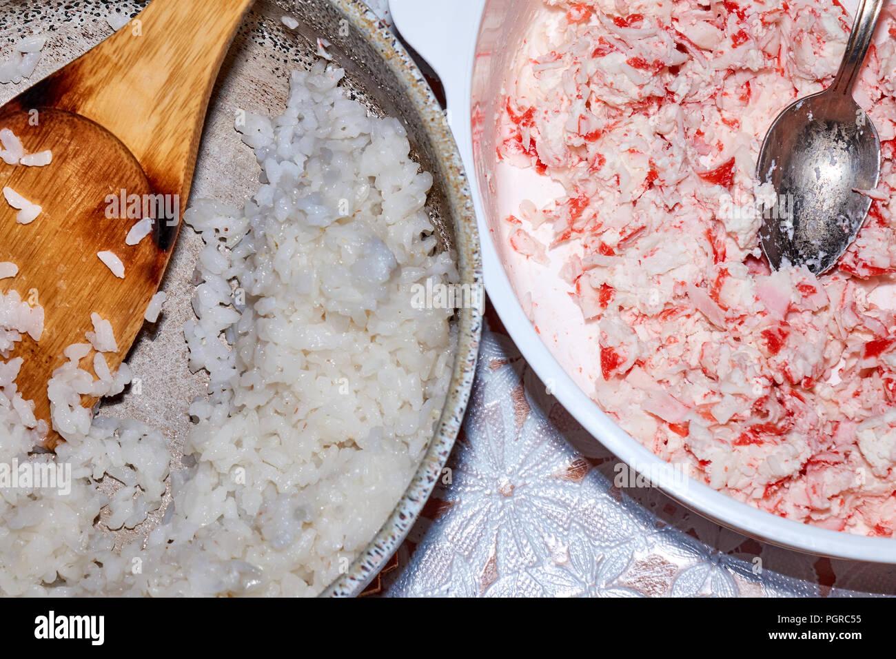 Reis und die kleinen Stücke von krabben Fleisch kochen Zutaten für ...