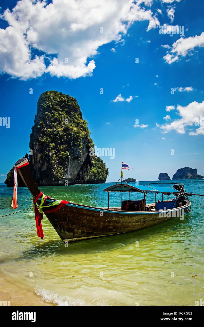 Holz- Boot close-up am Krabi Beach in Thailand Stockfoto, Bild ...