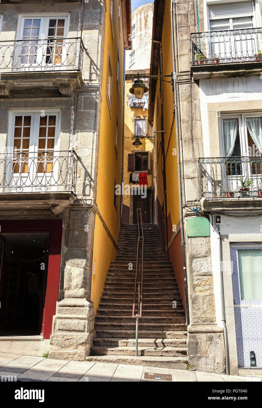 Eine Enge Passage Mit Einer Treppe Zwischen Den Hausern In Der