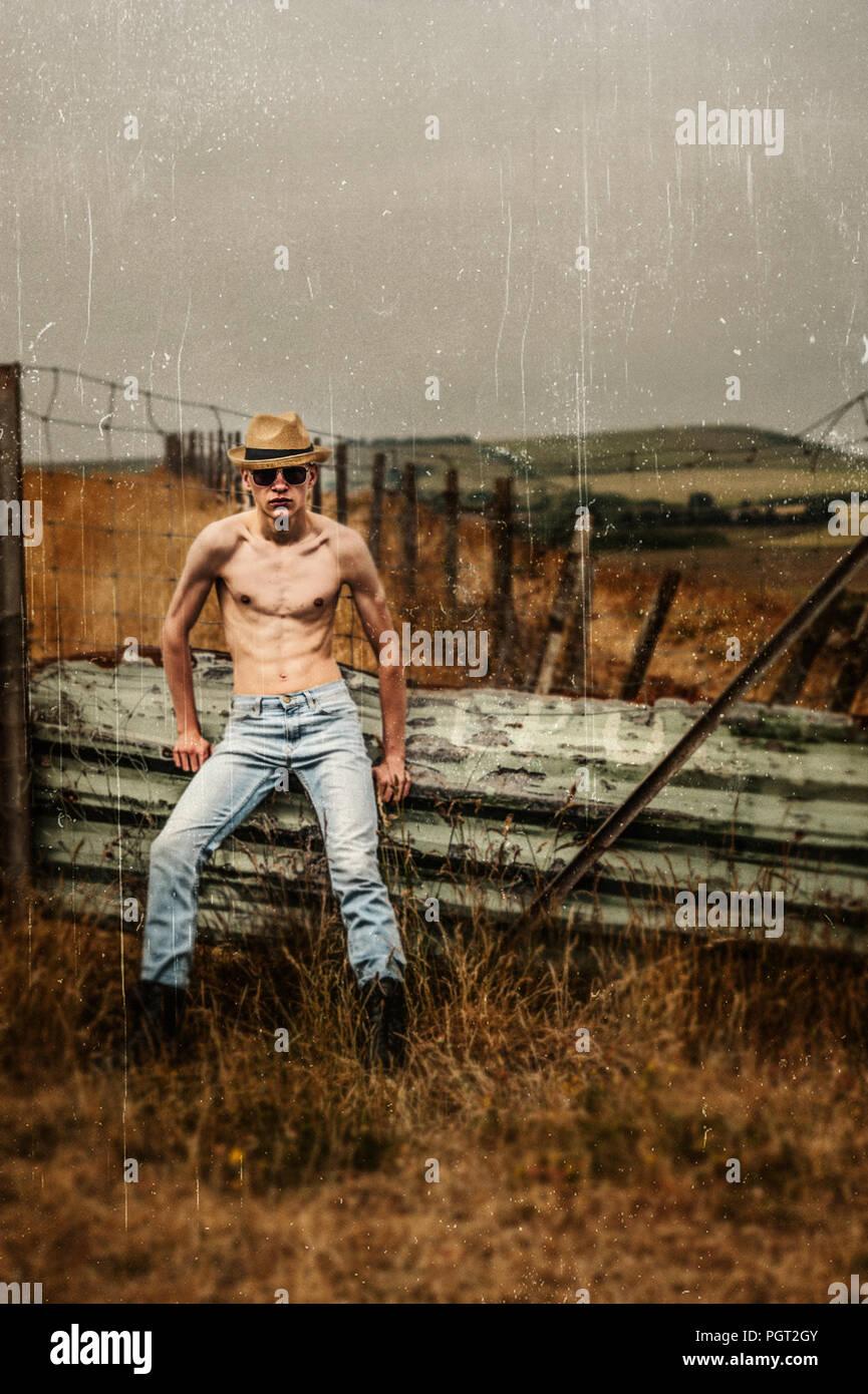 Junger Mann mit Strohhut in Felder Stockfoto