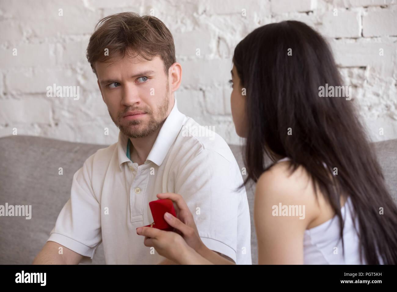 Entscheidende Frau fragt verwundert Liebhaber sie heiraten Stockbild