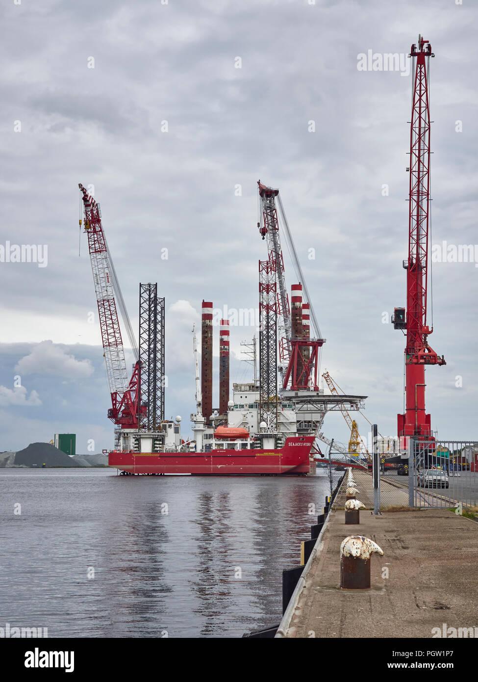 Die seajacks Hydra, einem Selbstfahrenden multipurpose Jack Up Plattform neben Den Haag Containerhafen in Amsterdam günstig. Stockbild