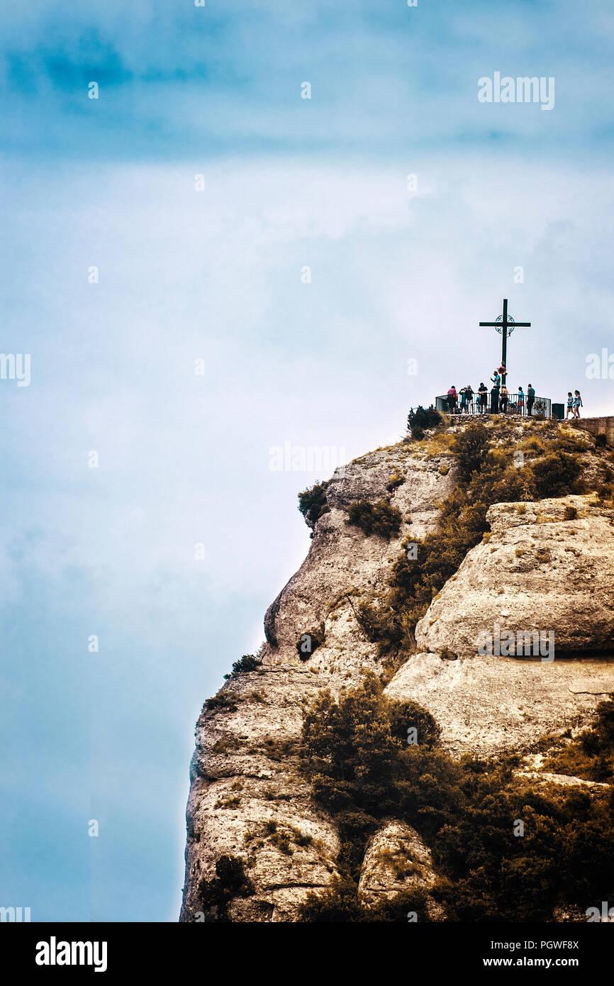 Saint Michael's Kreuz in Montserrat, Barcelona gegen einen bewölkten Himmel. Reiseziel und religiöses Symbol mit der leere Raum für Editor's Text. Stockbild