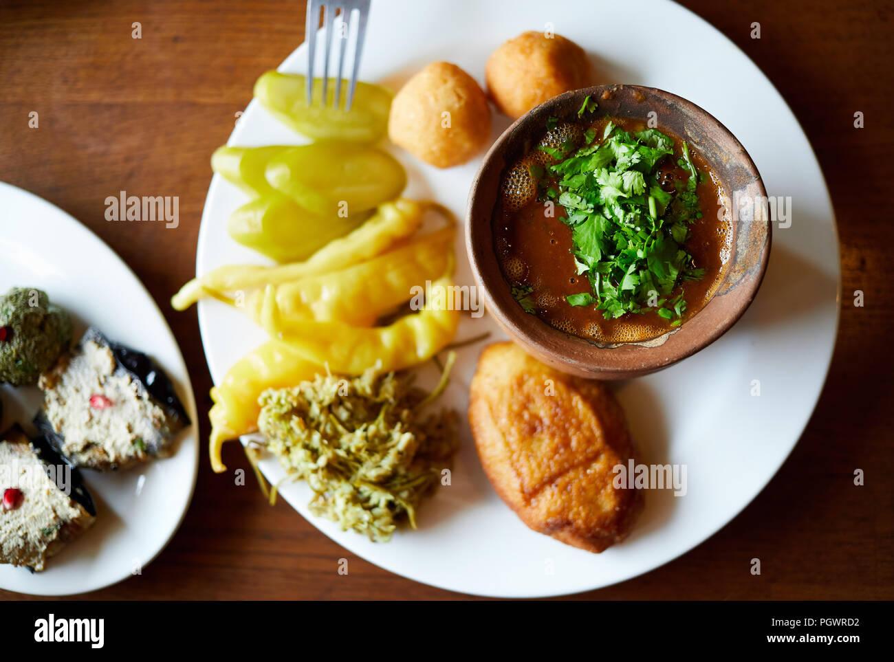 Georgische Küche   Frau Essen Bohnen Zum Tontopf Und Vegetarische Schlangen Pkhali