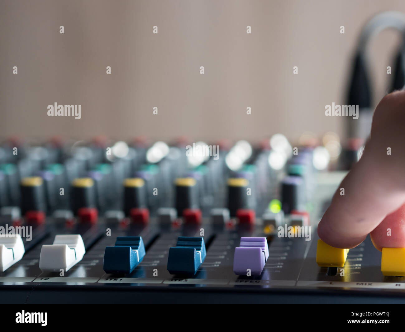 Einstellung Fade Schieberegler auf Audio Mixer im Studio Stockbild