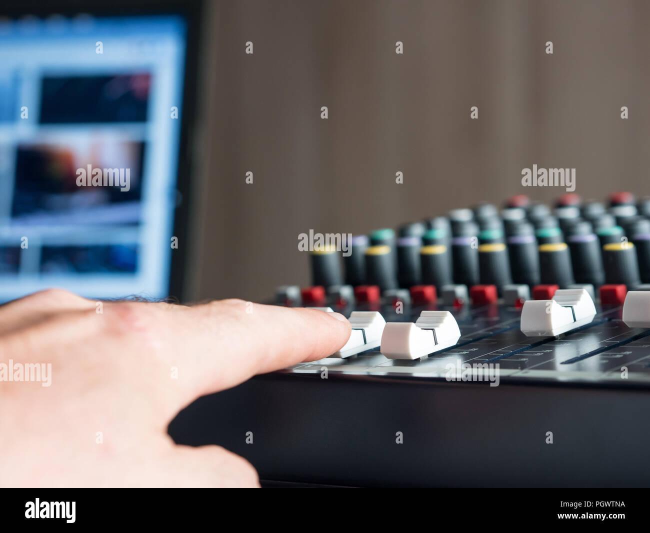 Der Mensch Produzieren von Musik in Audio Studio im Innenbereich Stockbild
