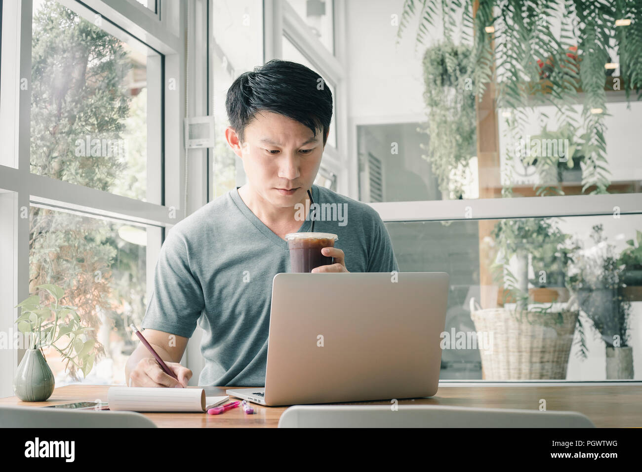 Freelancer Mann online Arbeiten an seinem Haus. Stockbild