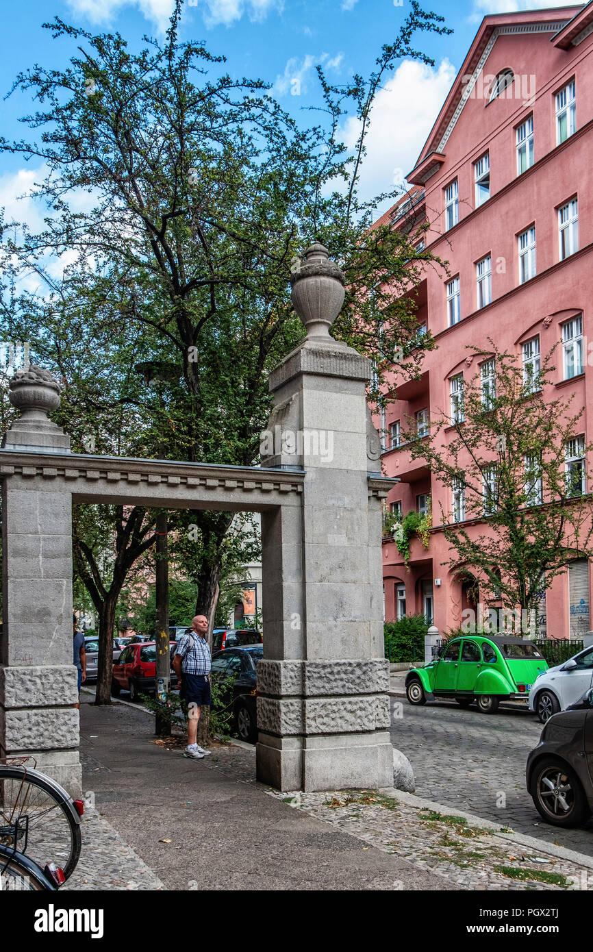 Berlin-Friedrichshain. Sandstein Tor am Eingang des Knorrpromenade Wohnsiedlung gebaut 1911-1913 für wohlhabende Bürger der Wohnanlage wa Stockbild