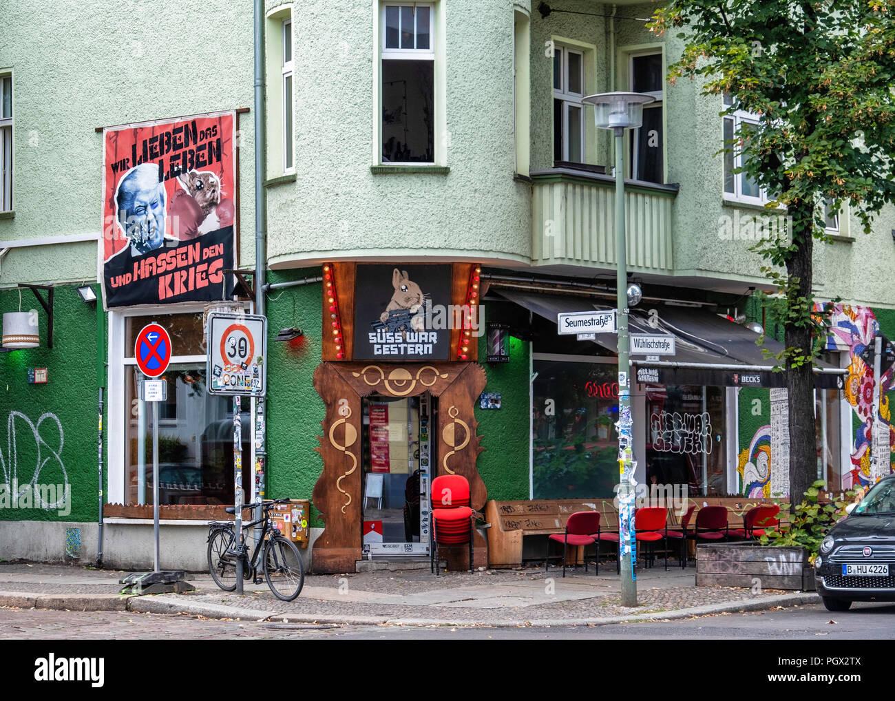 Berlin-Friedrichshain. Süß Krieg und Beispiele pub Exterieur, Kostenfreie Club mit counter culture Vibe & Tanzfläche Stockbild