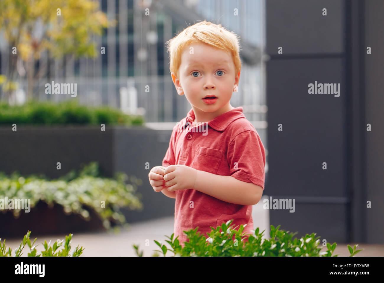 Closeup portrait von cute adorable kleine rothaarige kaukasischen