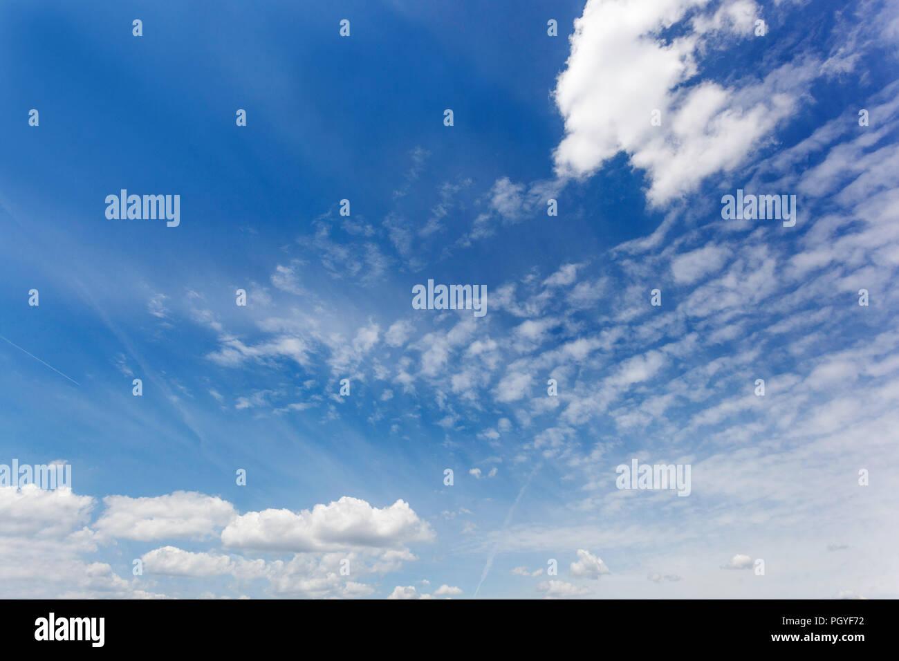 Flauschige weiße Wolken am blauen Himmel Stockbild