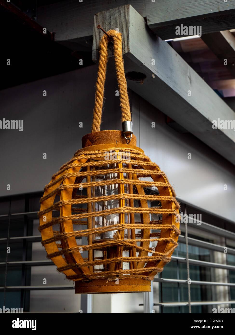 Gut gemocht Cool Aussenleuchte vom Dach hängend Holz Stockfoto, Bild VR35