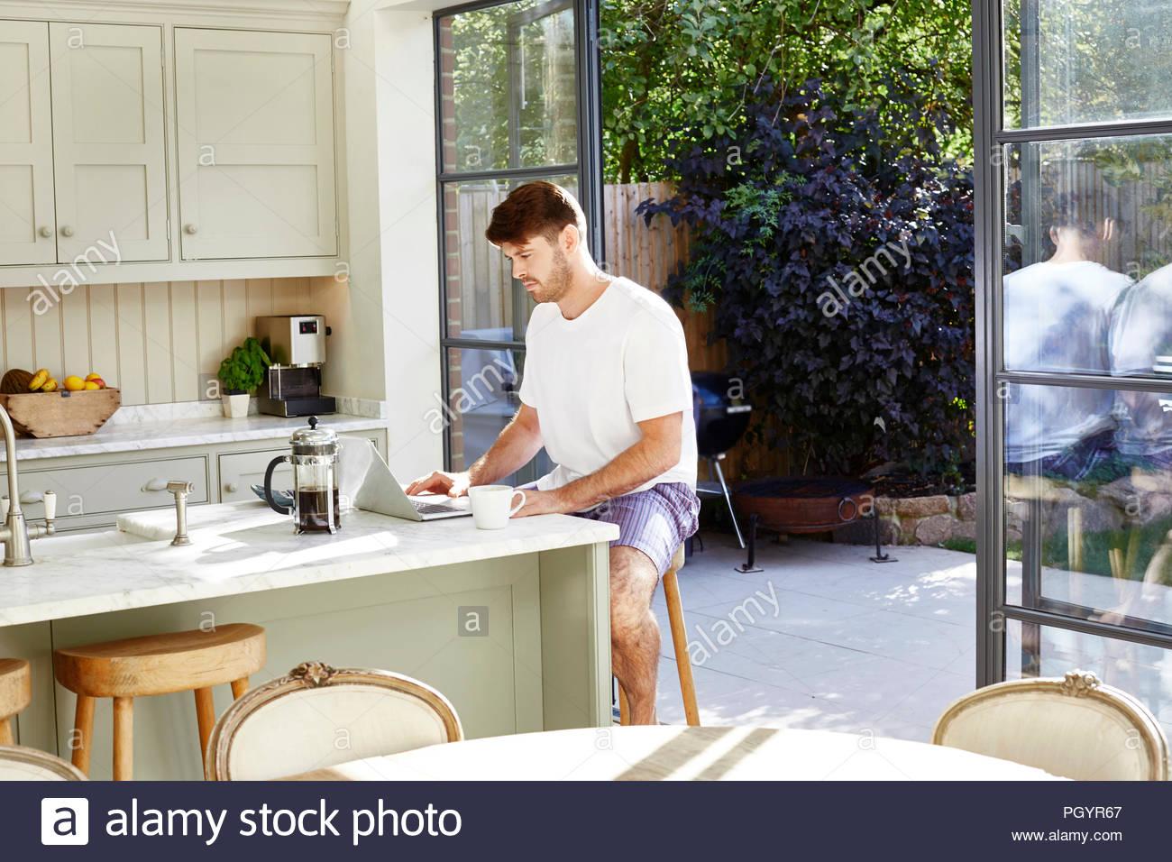 Mitte erwachsener Mann mit Laptop. Stockfoto