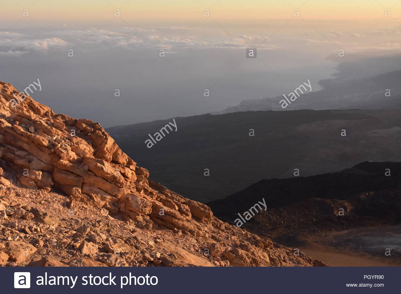 Vulkanische Landschaft von Teneriffa Kanarische Inseln Spanien. Am frühen Morgen Blick in Richtung Nordosten der Insel vom Mount Teide Gipfel (3718 m Höhe). Stockbild