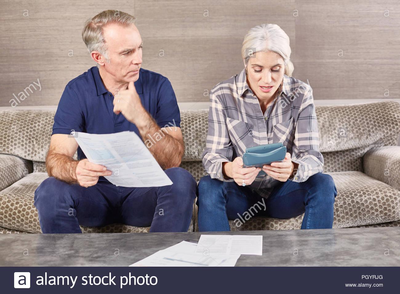 Ältere Ehepaar gemeinsam von zu Hause aus. Stockbild