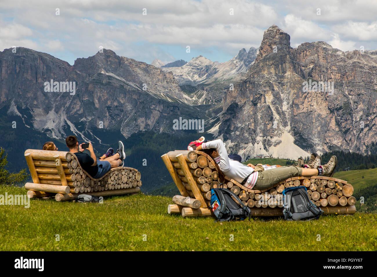 Italien, Südtirol, Trentino, der Piz La Ila Hochplateau in der Nähe von Stern/La Villa, Almwiese, Wanderer, Aussichtspunkt am Berggasthof Pralongia, nicht Stockbild