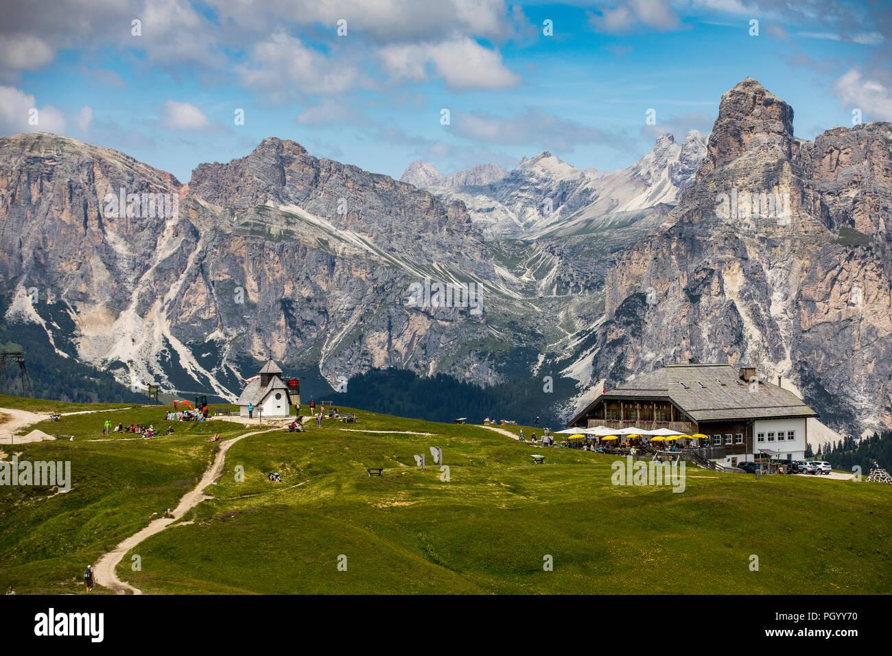 Italien, Südtirol, Trentino, der Piz La Ila Hochplateau in der Nähe von Stern/La Villa, Almwiese, Wanderer, Aussichtspunkt am Berggasthof Pralongia, Stockbild
