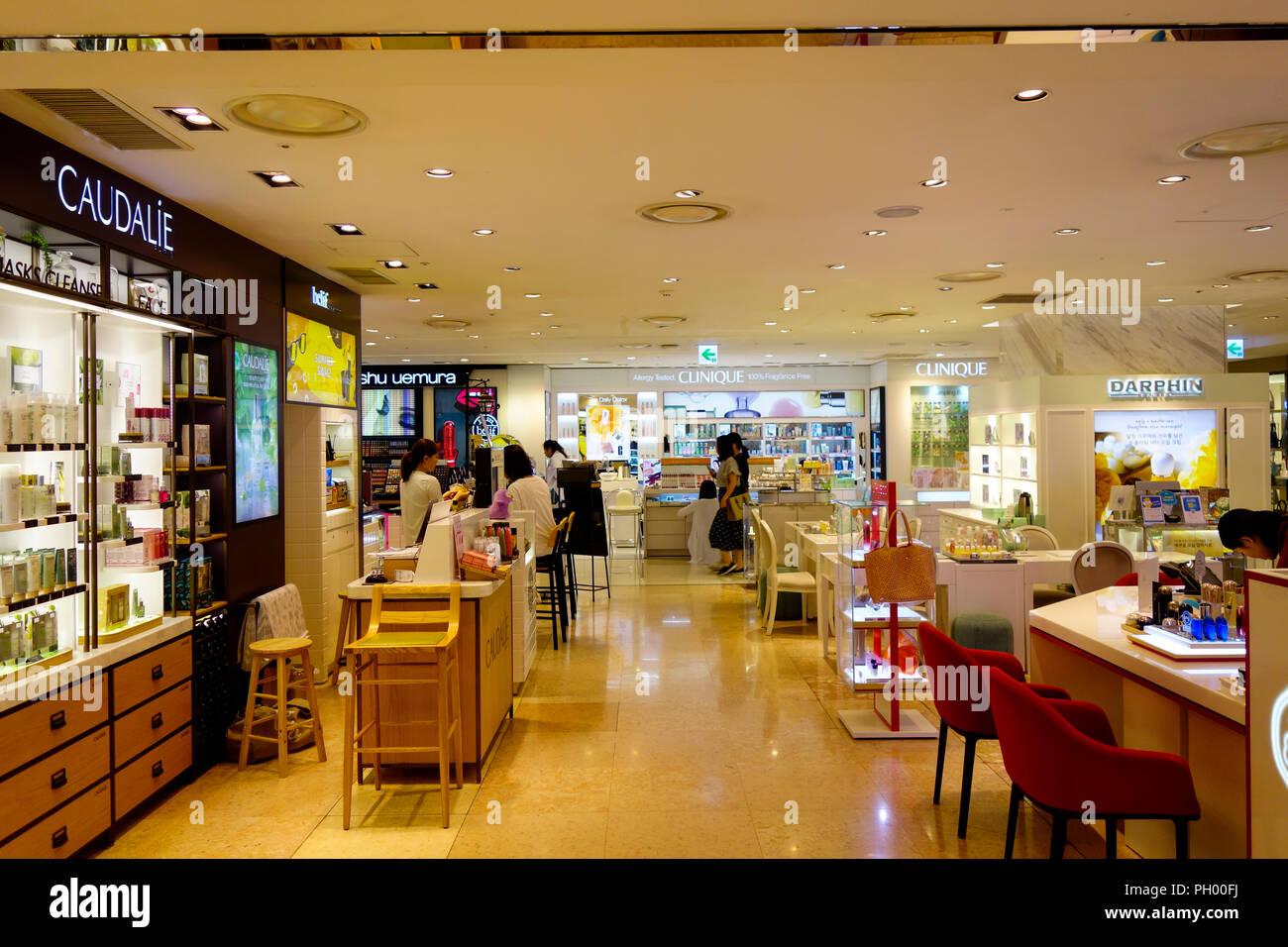 https://c8.alamy.com/compde/ph00fj/interieur-und-verkauf-von-lotte-department-store-myeong-dong-myeongdong-seoul-sudkorea-asien-ph00fj.jpg