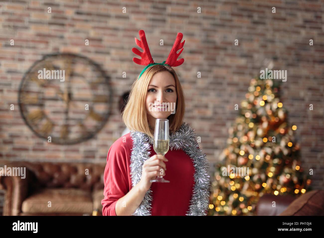 Junge Frau mit Geweih Hirsch Kopf band trinken Champagner bei der ...