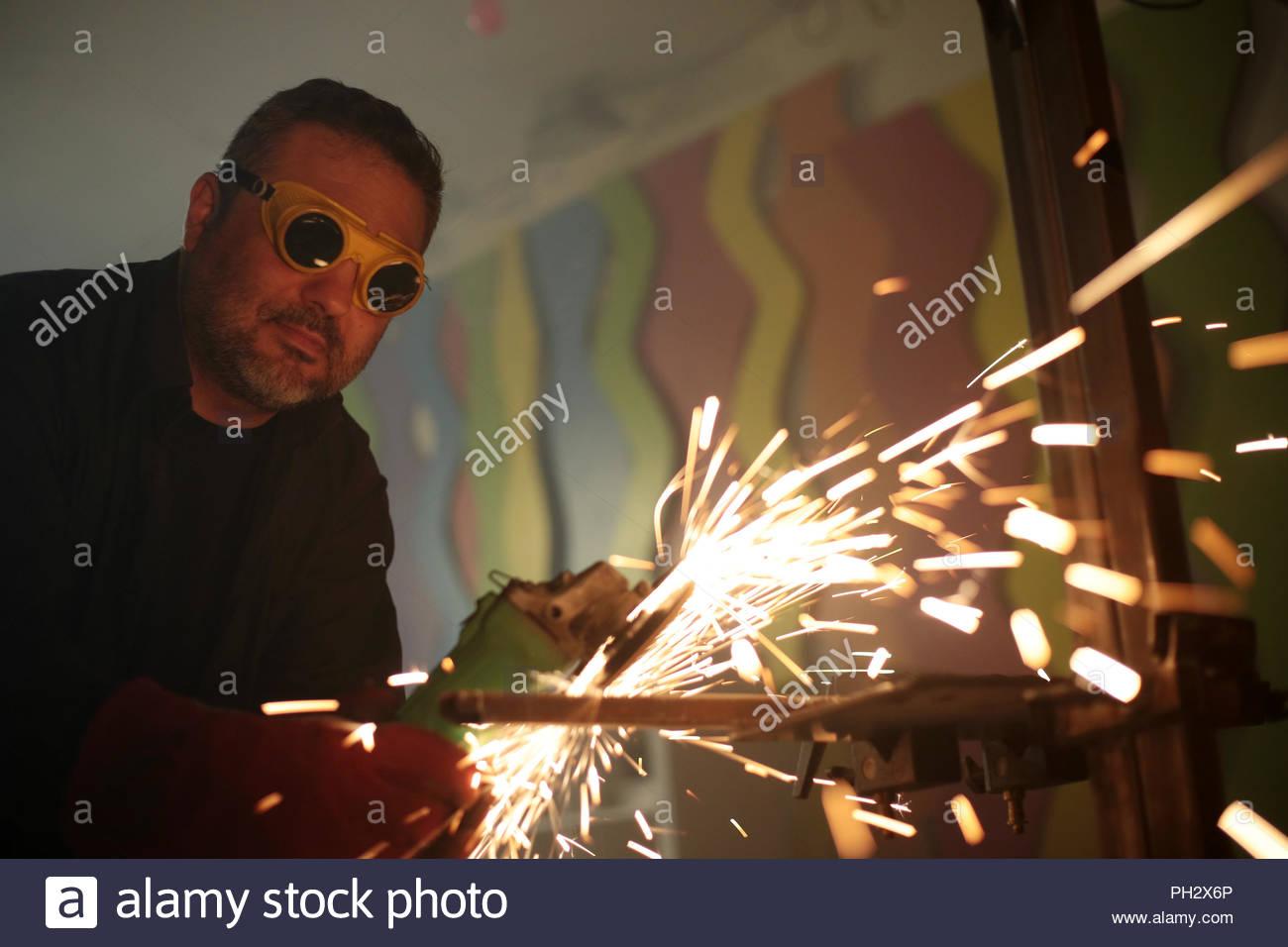 Arbeitnehmer schleifen Eisen Stockbild