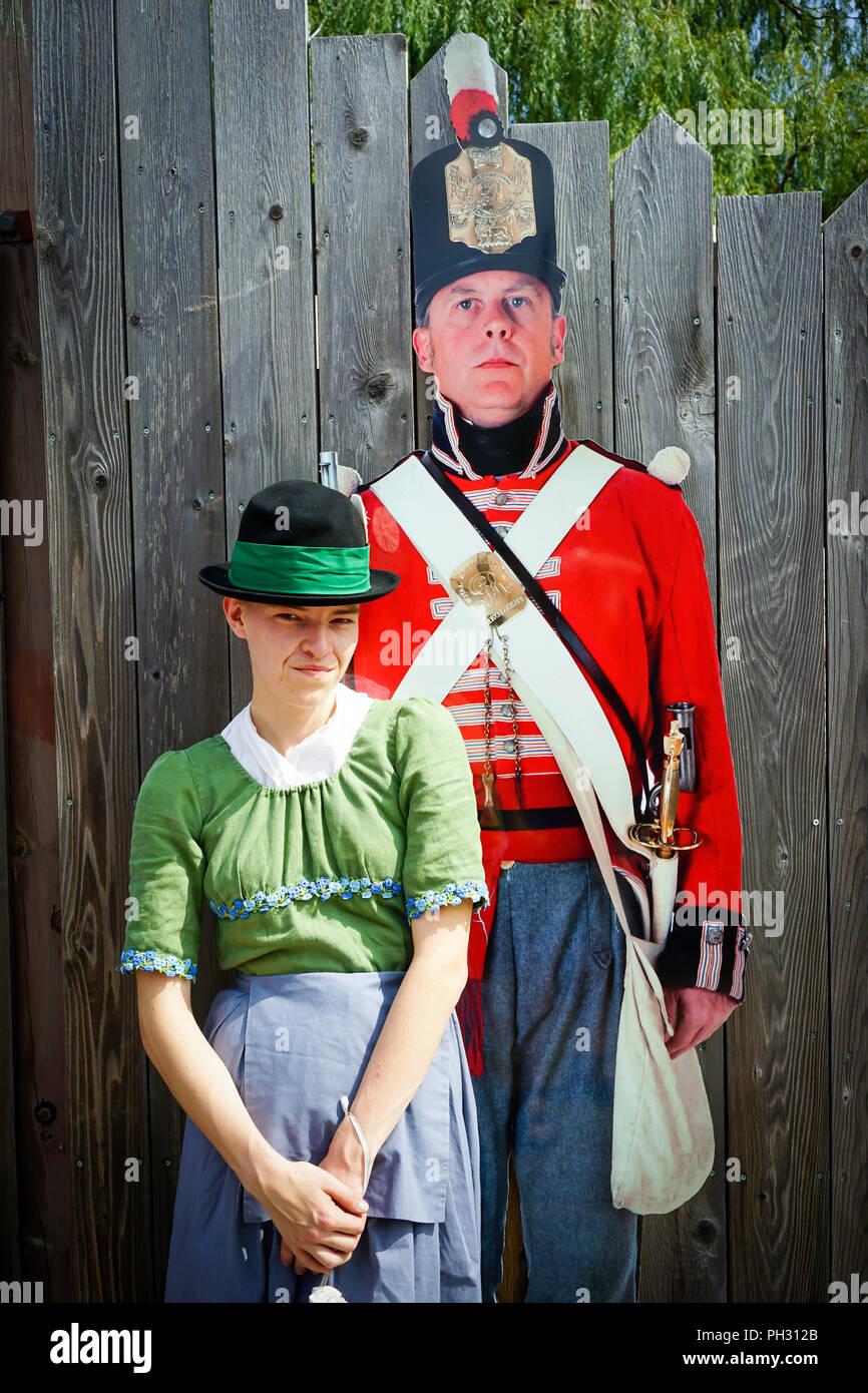Paar in der Britischen Armee, der Royal Navy, der amerikanischen militärischen Encampment mit Reenactors mit Piraten, Voyageurs und Royal Nanvy Gun Crew Stockbild