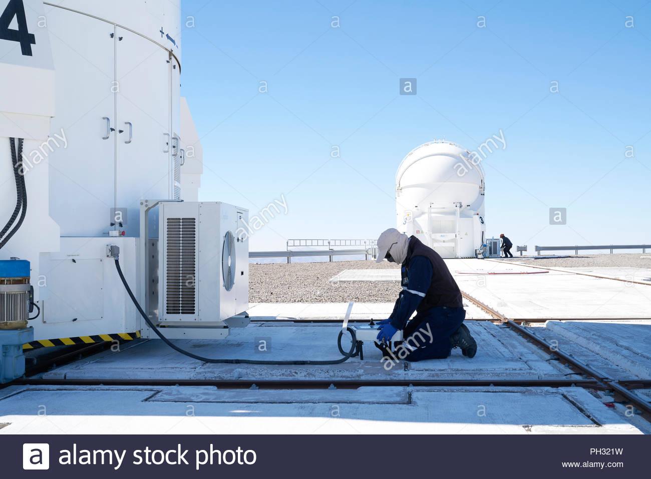 Wissenschaftler untersuchen Teleskop auf Paranal Observatorium Stockfoto