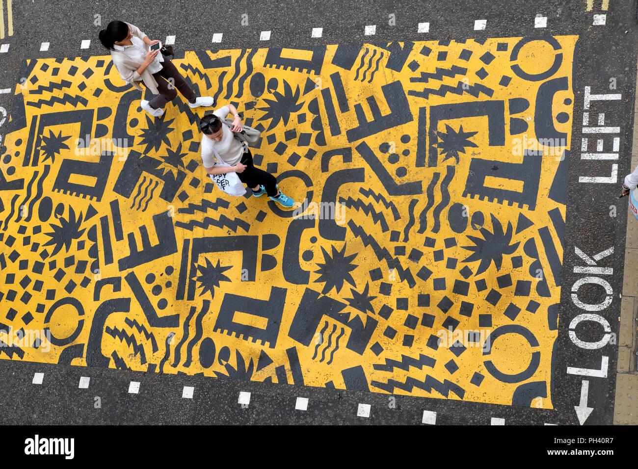"""Eley Kishimoto' farbenfrohe Kreuzungen"""" fußgängerüberweg in der Nähe der Buche Street Tunnel & Barbican Station in Kulturmeile, Stadt London UK KATHY DEWITT Stockbild"""
