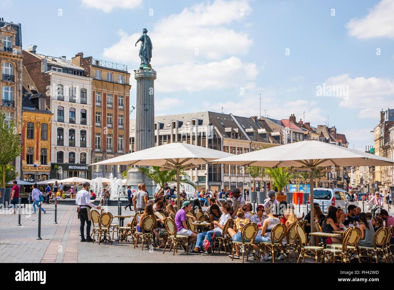 Place du General de Gaulle, die mit der Spalte der Göttin, Lille, Frankreich. Die Spalte, bekannt als La Colonne de la Deese ist ein Denkmal für die local heroes Stockbild