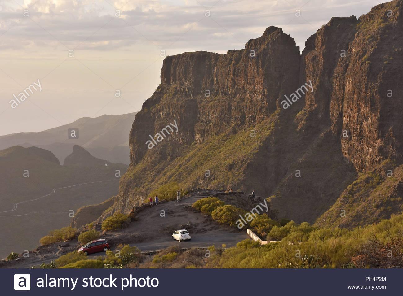 Mirador die Cherfe Aussichtspunkt, Touristen, am Abend Blick auf Masca Tal. Hohe Gipfel der Teno Massiv im Nordwesten von Teneriffa, Kanarische Inseln. Stockbild