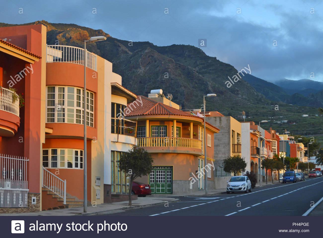 Wohnstraße mit bunten Häusern in den Ausläufern des Teno Gebirge, Buenavista del Norte im Nordwesten von Teneriffa Kanarische Inseln Spanien. Stockfoto